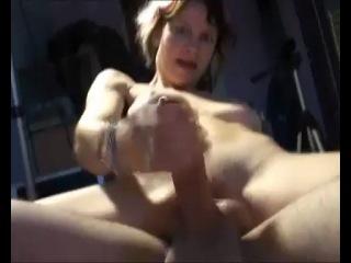 Муж с женой делят дилдо и она принуждает его кончить